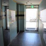 建物内から出入口を撮影。