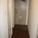 室内側から玄関を撮影